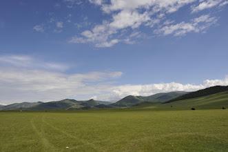 Photo: Les filles étant fatiguées en cette fin de journée bien remplie, nous reprenons la route à travers la steppe.
