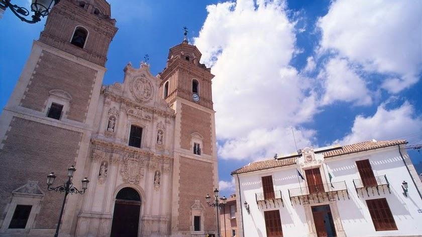 Iglesia y fachada del Ayuntamiento de Vélez-Rubio.