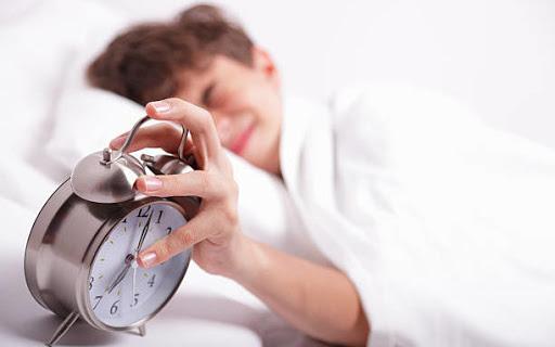 5 conseils pour préparer la rentrée en toute sérénité - petit garçon éteint son réveil