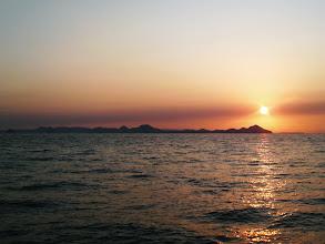 Photo: 船頭さんがうまれて13,585回目の朝日です! きれいですネー! ナイスショット! ・・・こらーそこっ! 計算しなーい!