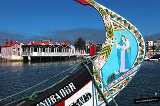 Photo: Moliceiros en Aveiro, una pequeña ciudad atravesada por un canal. Los barcos típicos, los moliceiros, en otro tiempo recogían algas para abonar los campos... Aveiro, Portugal.