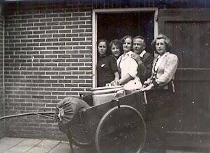 Photo: Hooghalen v.l.n.r. Aaltje Brinks, Geesje Martens, Geertje Lanjouw, Berend Oosting en Giny Lanjouw