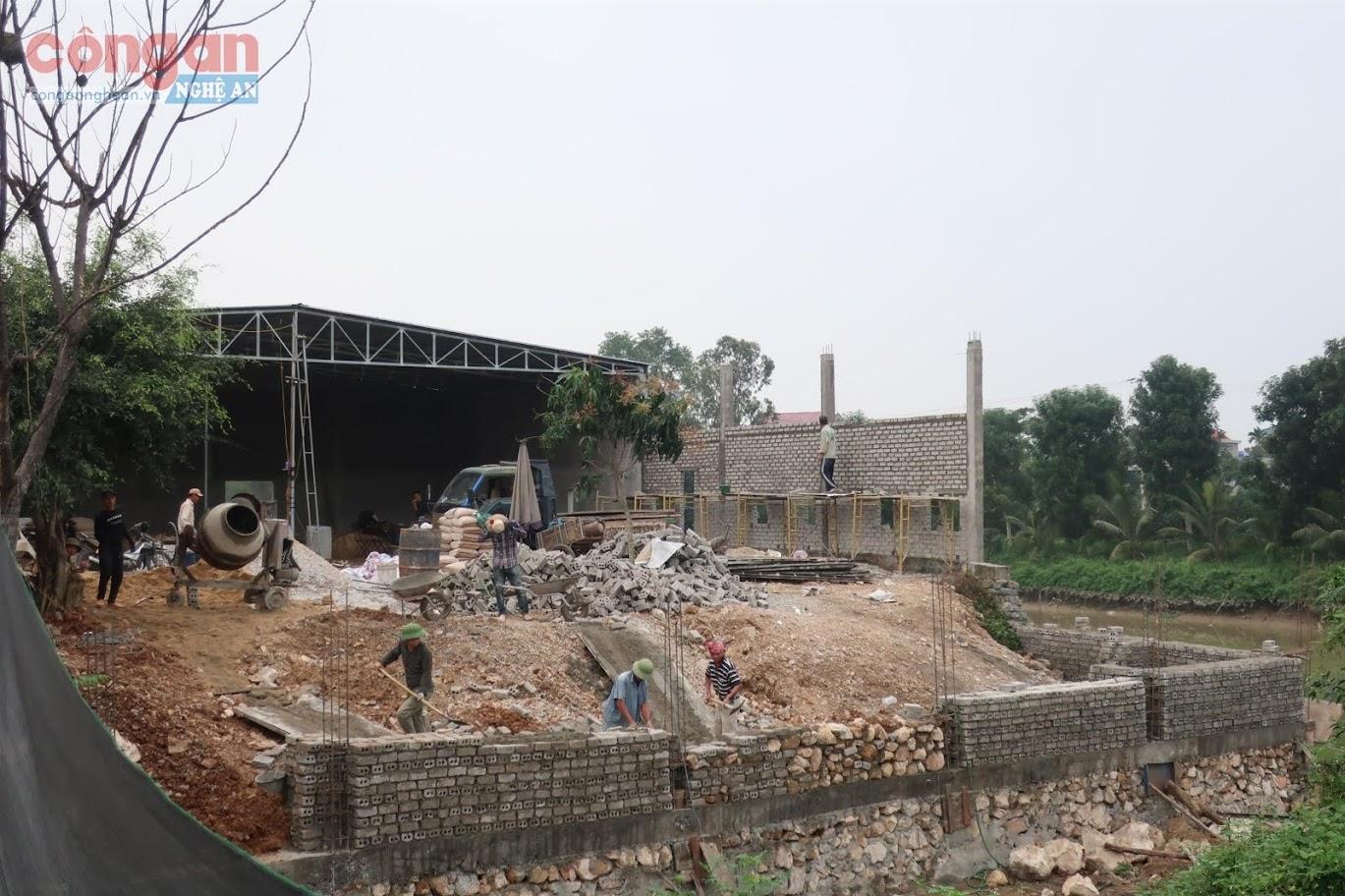 Công trình xây dựng trái phép hàng trăm m2 trên kênh Vách Bắc  của hộ gia đình ông Lê Văn Cảnh (Ảnh chụp ngày 16/3/2020)