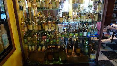 Photo: Les bouteilles sont regroupées par périodes et il y en a beaucoup et de très anciennes ! http://delachartreuse.blogspot.com/2011/05/chartreuse-collection.html (merci à Marc)