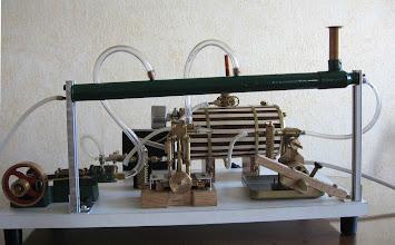 Photo: Version 1 du collecteur d'échapement : mauvais car les condensats restent au dessus des moteurs qui ont du mal à démarrer et tournent moins bien même chauds