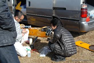 Photo: SさんKatanaと燃料タンクをつけてあげてるYさん