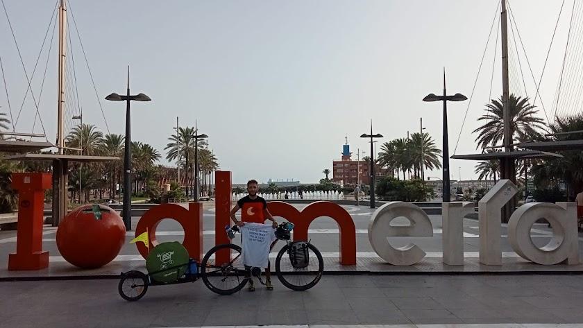 Juan Merino posa con su bicicleta en la Rambla a su entrada en Almería.