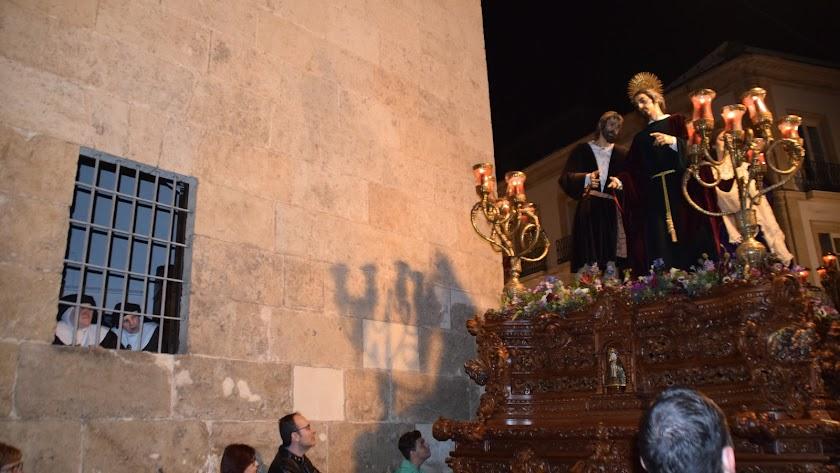 Revirá del paso de misterio de San Juan Evangelista desde calle Real a Mariana ante el convento de las religiosas de Las Claras.