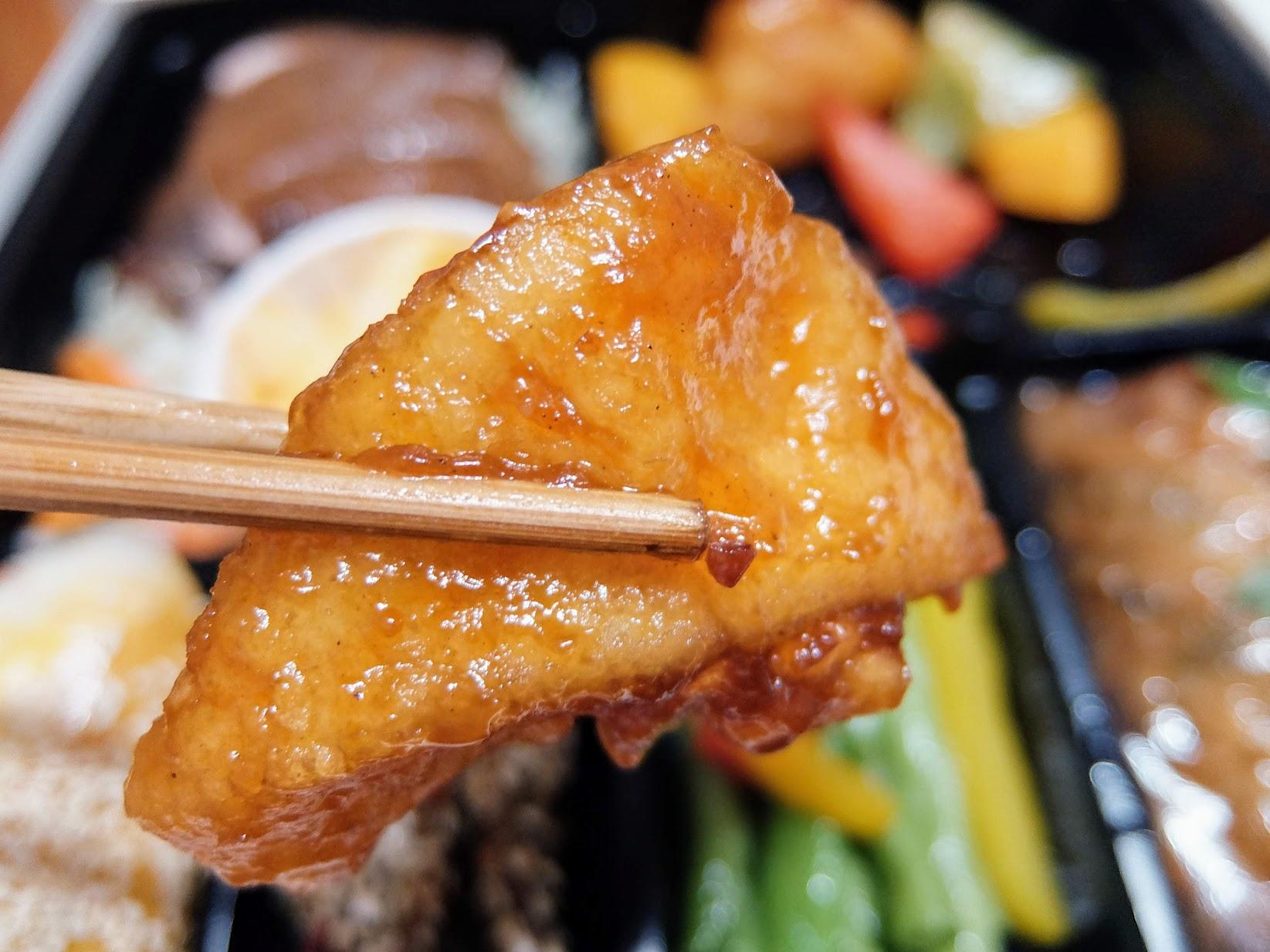 糖醋魚甜甜酸酸的口感,旁邊還有切塊的水蜜桃