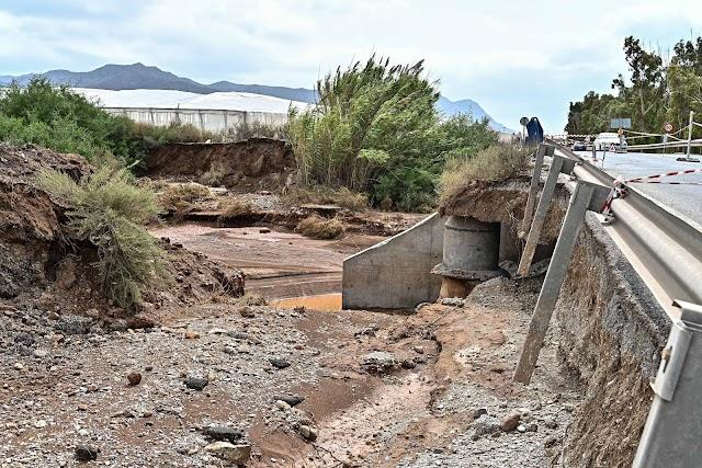 Daños que sufrió el puente de la carretera AL-3115 de Cabo de Gata.