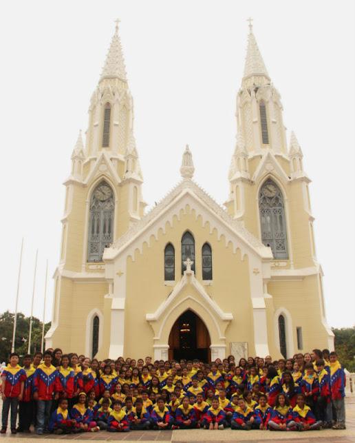 Frente a la Iglesia de la Virgen del Valle, los integrantes de la SNIV, selección 40 Aniversario, invocaron bendiciones para continuar su travesía por el resto del país, luego de culminar con éxito su paso por los estados de la ruta Sur Oriente, en su II Seminario- Encuentro