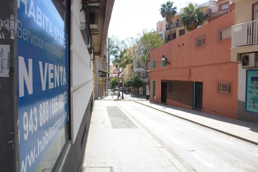 La soledad de la bulliciosa calle Real.