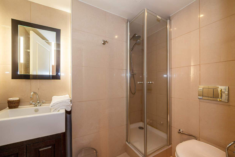 trocadero serviced apartment bathroom