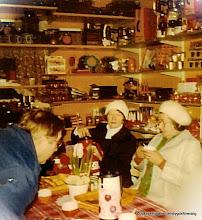 Photo: Affären 1970-tal luciakaffe. Fr v: Evert Johansson Annelund, Maja Jansson Heby, Siri Hansson Vasselhytte gård