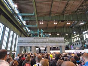 Photo: Vendredi fin d'après midi à l'ancien aéroport Tempelhof où se trouve le village marathon et où l'on doit récupérer nos dossards et puces. Beaucoup de monde car il y a non seulement les 6300 patineurs mais aussi les 40000 coureurs à pieds...