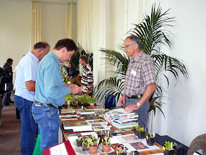 Photo: Dr. Joachim Nerz (left) checking the CP-books at Urs Zimmermann's stand (right).