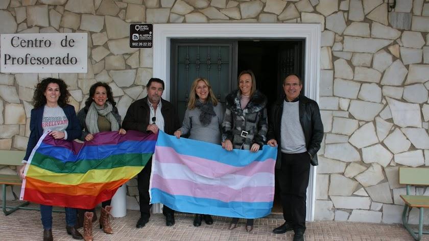 Profesores del CEP Cuevas-Olula con las banderas LGTB+ y transgénero.