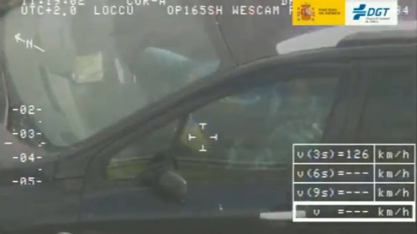 El conductor cazado mientras jugaba, en una foto de la DGT.