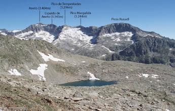Photo: De izquierda a derecha: Aneto, Espalda del Aneto, Pico Tempestades, Pico Margalida y Picos Russell.