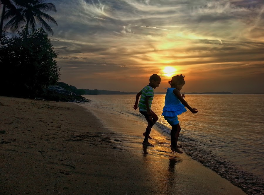 Kids Playing @ Pasir Ris Beach by Kafoor Sammil - Instagram & Mobile Android