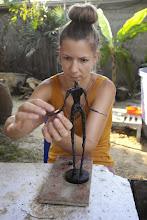 Photo: Doreen Wolff beim Modellieren einer Plastik