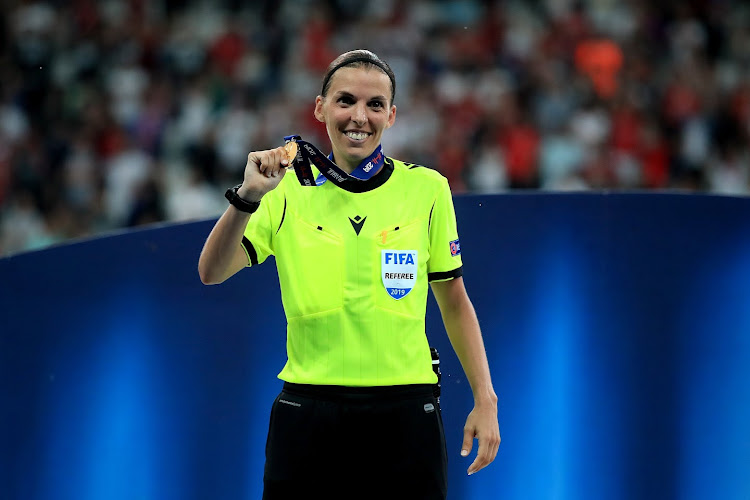 Er wordt deze week geschiedenis geschreven in de Champions League: voor het eerst een vrouwelijke scheidsrechter