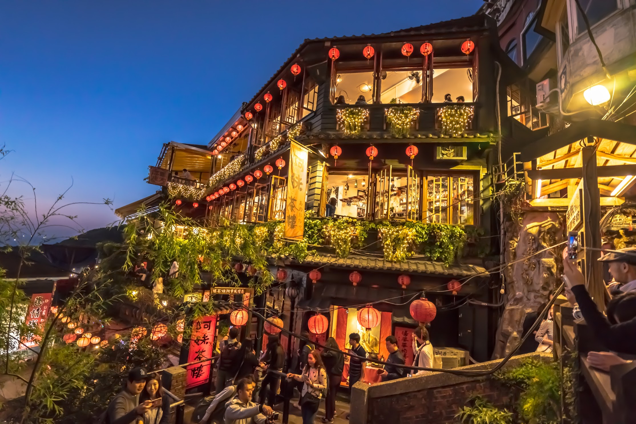 Jiufen A Mei Tea House Light-up1