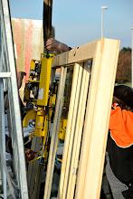 Photo: 20-11-2012 © ervanofoto Het plaatsen van de zuignappen op het op te tillen raam.