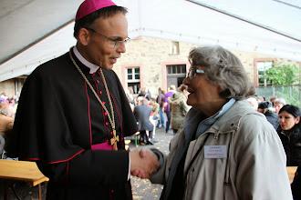 Photo: Biskoppen er rundt og hilse på Kirsten