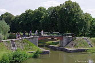 Photo: Passerelle et escaliers permettant l'accès aux berges du canal