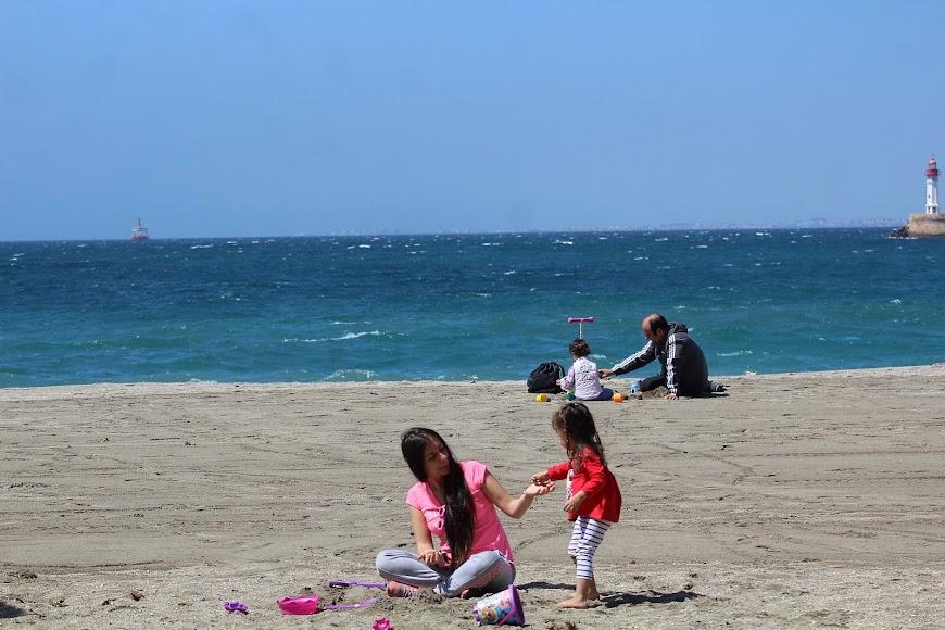 jugando en la playa de los Tritones.