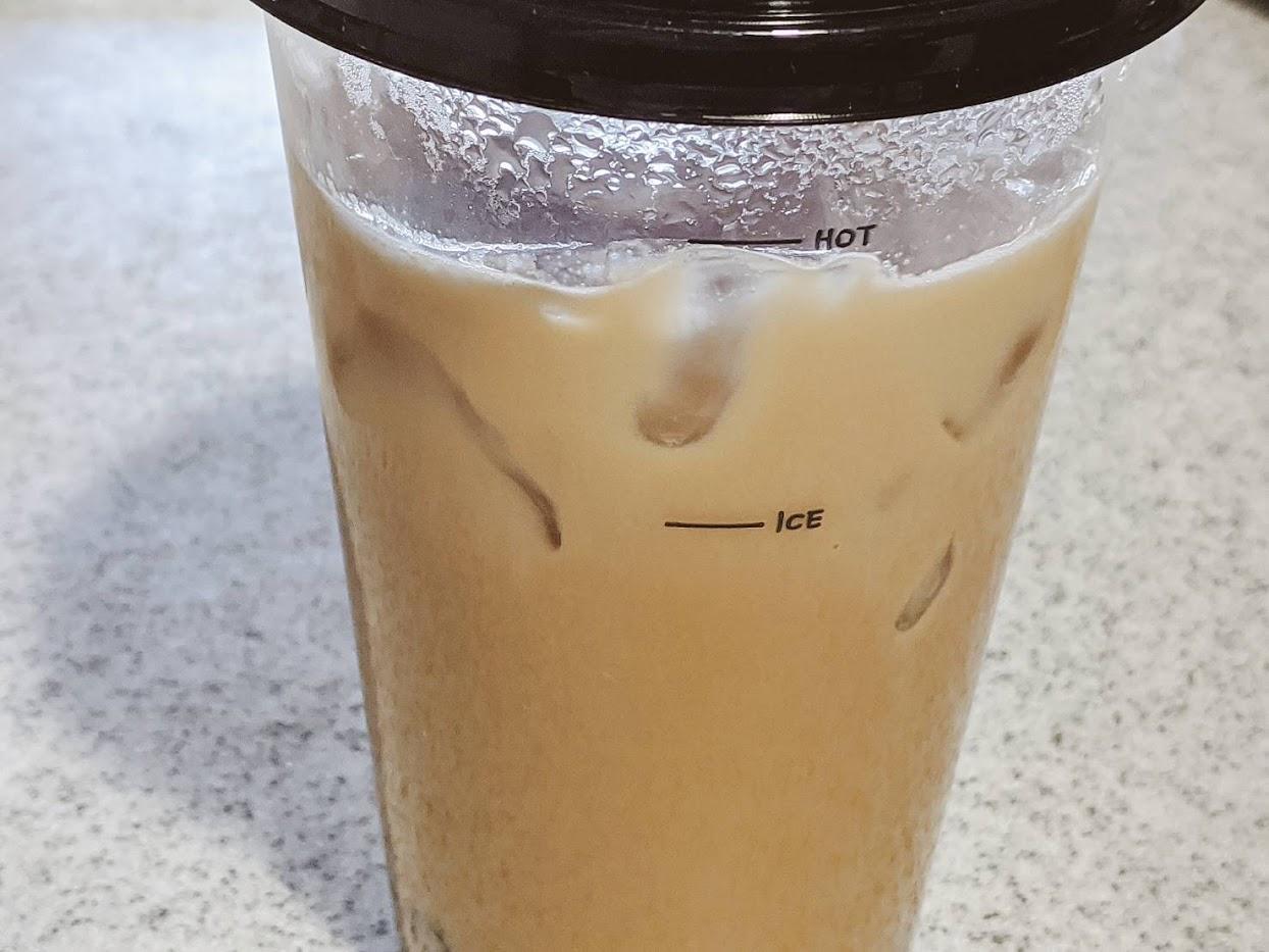 ミルクティーがhotのラインに来るまで氷を入れた画像