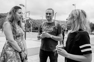 Photo: Eli, que ha oído que tenemos una famosa folclórica entre la audiencia, se lanza a mostrar sus dotes artísticas ante las miradas escépticas de Deborah y Manuel @efervesciencia.