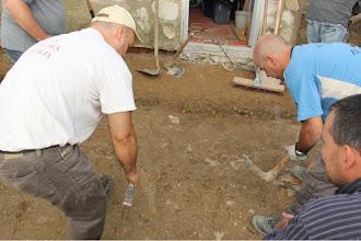 Photo: La mirada experta del arqueólogo Fco. Javier Gutiérrez descubre los primeros restos de edificaciones.
