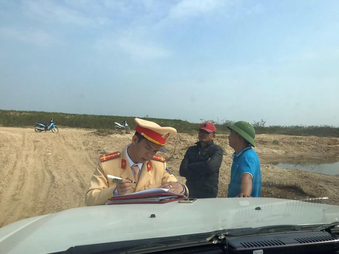 Cán bộ Đội Cảnh sát Đường thủy, Phòng CSGT Công an tỉnh lập hồ sơ đối với đối tượng có hành vi khai thác cát trái phép