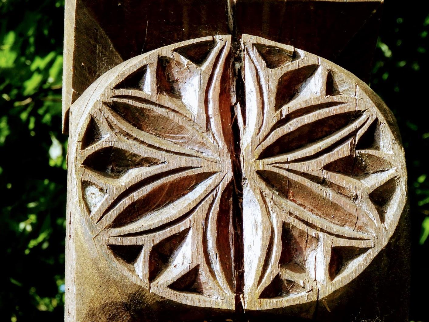 Vép - kopjafa a templomkertben