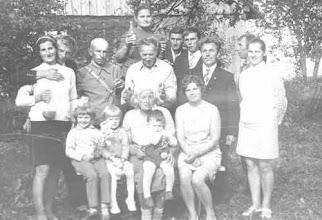 Photo: Stovi Judita Navardauskaitė-Vaitkuvienė, jos vyras Vaitkus, Pakutuvėnų kaimo laiškanešys Kostas Stuopelis (praeityje buvęs Pakutuvėnų bažnyčios vargonininkas). Mokytoja Danutė Navardauskienė, kaimynas Antanas Sauseris, Feliksas Navardauskas, Kazys Mažeika, Zitos Navardauskaitės vyras, Virgina Navardauskaitė-Mažeikienė, apačioje sėdi Stasė Navardauskienė su dukra Zita ir anūkais: Dalia ir Alvydu. Nuotrauka daryta 1973 m A.Sauserio