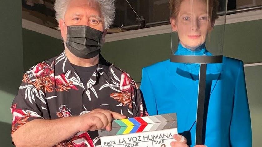 Pedro Almodóvar y Tilda Swinton, en el inicio del rodaje del corto La Voz Humana.