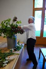 Photo: Unsere Präsidentin Margrit Siegrist beim Blumenschmücken  in der Aula