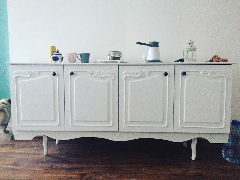 Kto ma ochotę na kolorowe życie, może postawić na kontrast białych mebli z kolorowymi ścianami.
