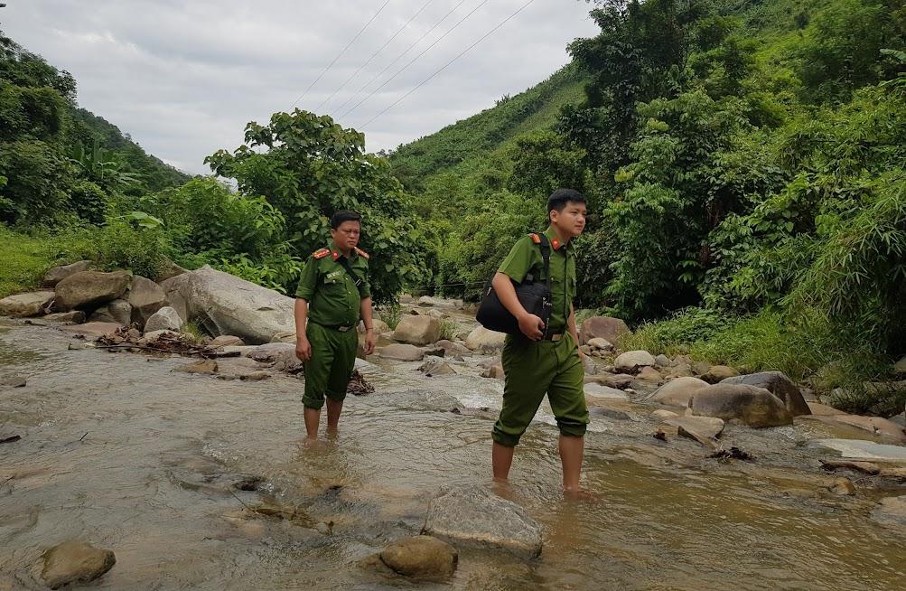 Sau khi di chuyển bằng thuyền, các CBCS phải đi bộ hơn 2 tiếng đồng hồ mới vào tận các bản của xã Hữu Khuông.