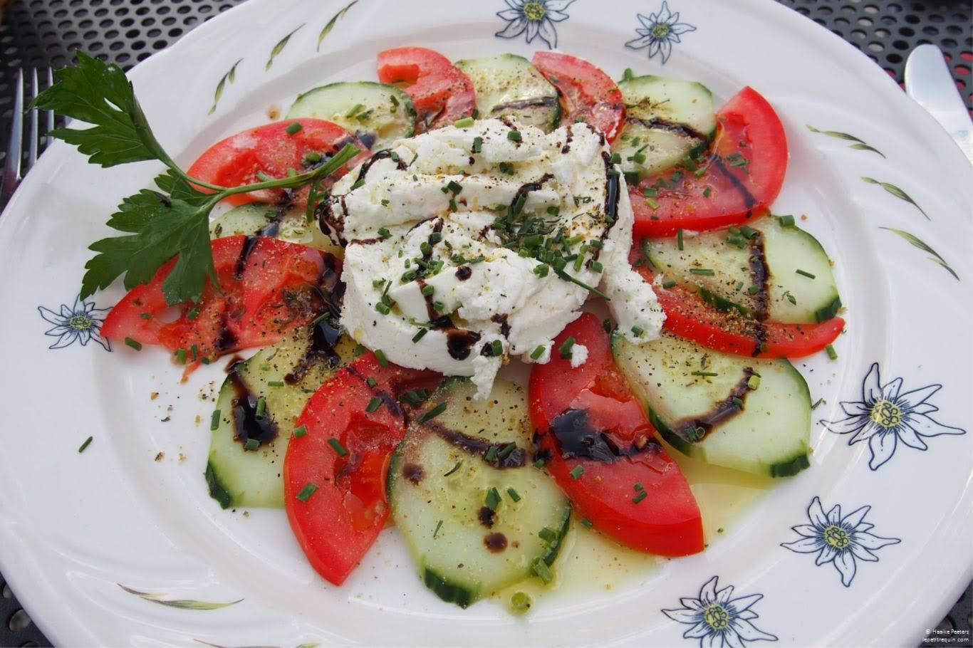 Komkommer-tomatensalade met geitenkaas (Le petit requin)