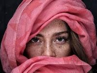 portret van een meisje met sproeten in rose hoofddoek