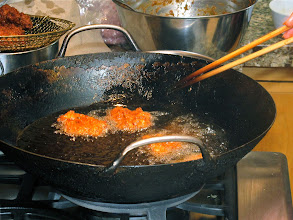 Photo: frying spicy shrimp cakes