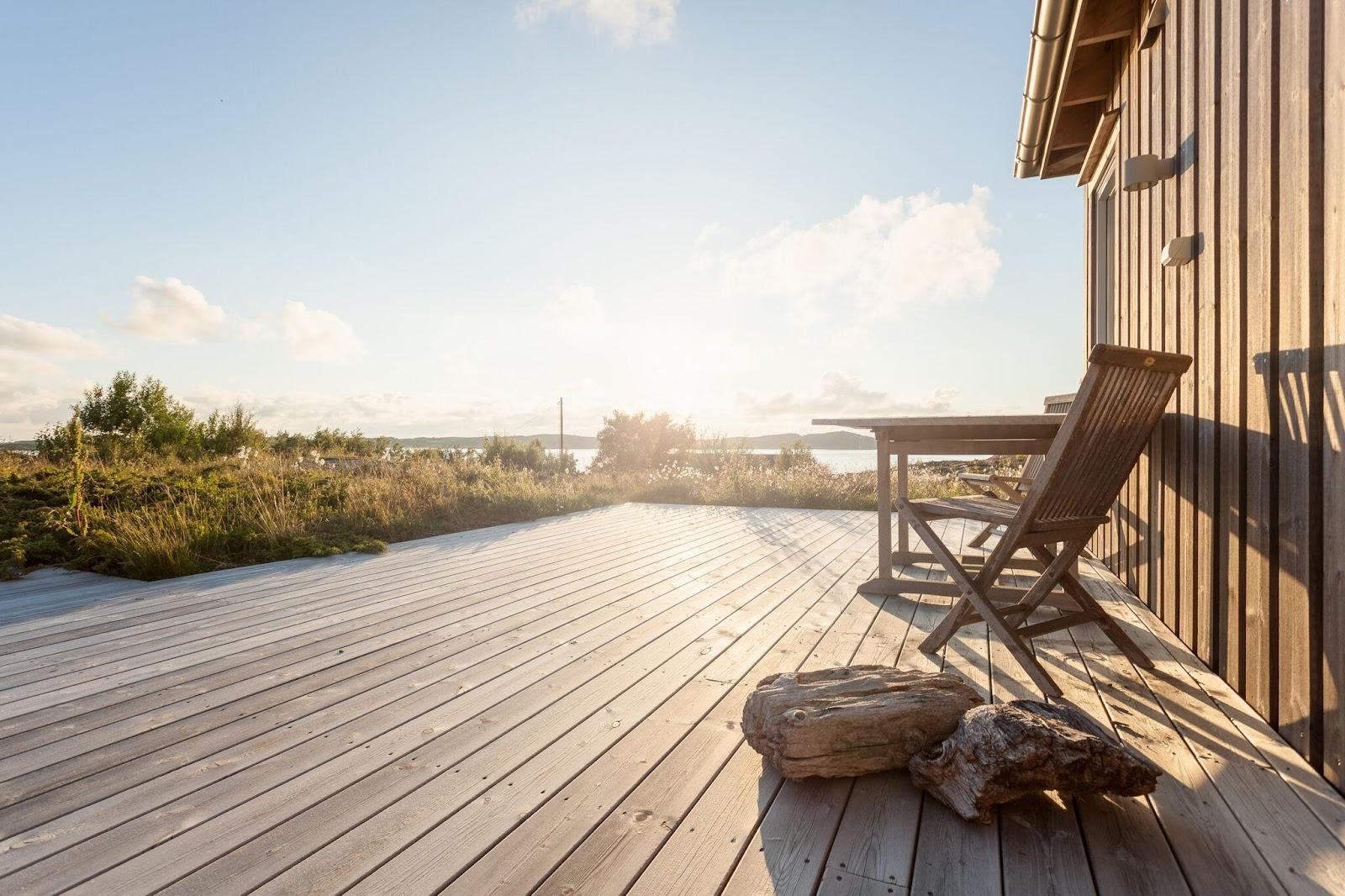 Terrassen smälter sömlöst in i den vackra naturen kring stugan.