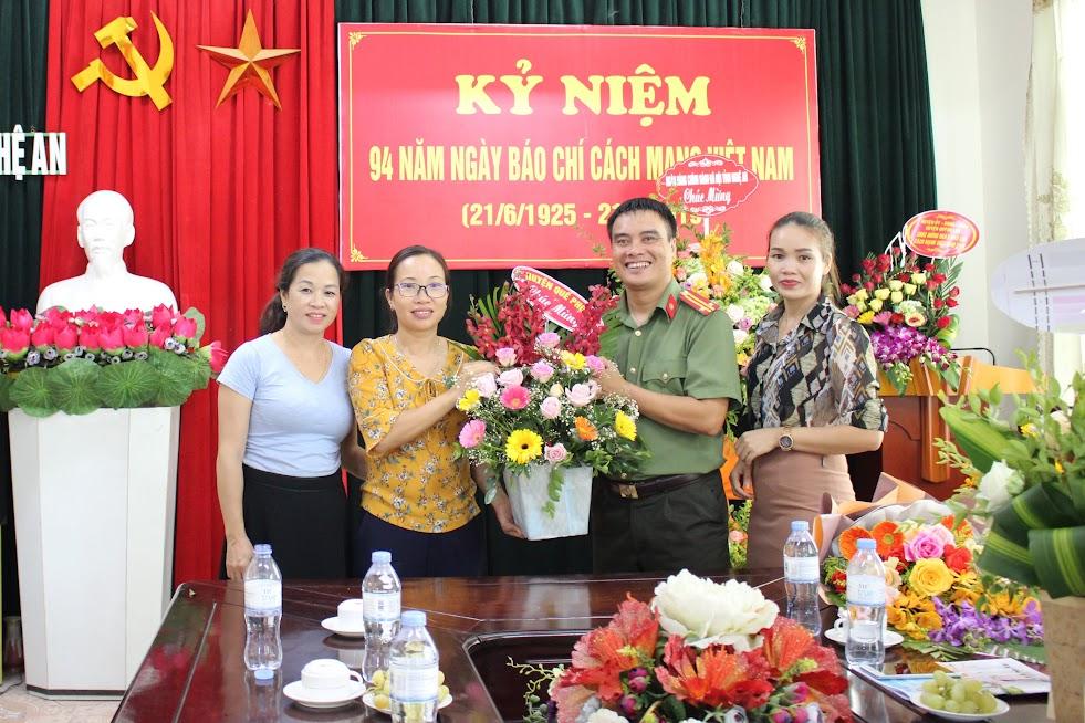 Huyện Quế Phong chúc mừng Báo Công an Nghệ An