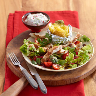 Bunter Grillsalat zu Ofenkartoffeln