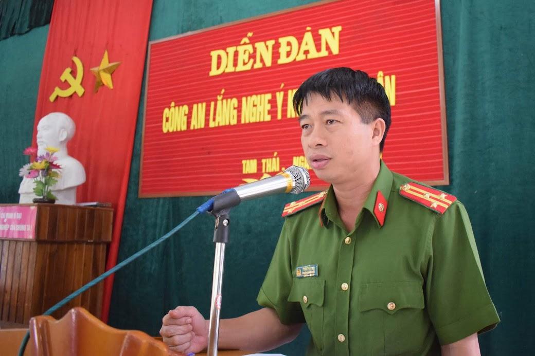 Đồng chí Thượng tá Trần Phúc Tú, Trưởng Công an huyện Tương Dương tiếp thu và giải trình các ý kiến đóng góp của người dân tại diễn đàn.