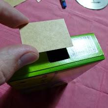 Photo: Recorto un pedacito de cartón que cubra la otra ventana, la de la tapa fija.
