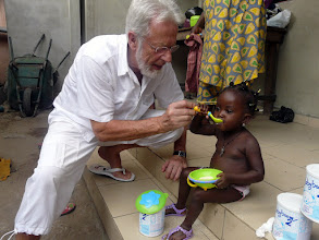 Photo: petite visite auprès d'Ariké qui reçoit jouets et lait maternisé dont elle a tant manqué